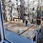 Bucureștiul, sufocat de betoane. Un bloc înghesuit între alte două imobile este construit peste mai multe reţele de utilităţi