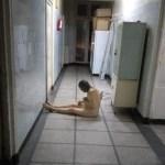 """Imagini de groază din Spitalul Reșița: pacienți ținuți goi pe holuri și mizerie de nedescris / Managerul: """"Recunoaștem ce se întâmplă în spital"""" / Ministrul Tătaru a cerut un control de urgență"""