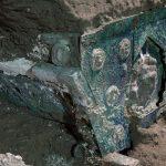 VIDEO Arheologii au descoperit o trăsură ceremonială antică în apropiere de Pompeii / Carul de paradă, excelent conservat, este realizat din fier, bronz şi cositor
