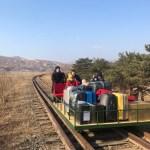 VIDEO Mai mulți diplomați ruși au părăsit Coreea de Nord împingând o drezină