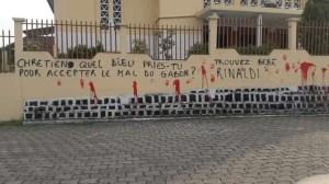 Les tags d'indignation sur les murs de la Cathédrale
