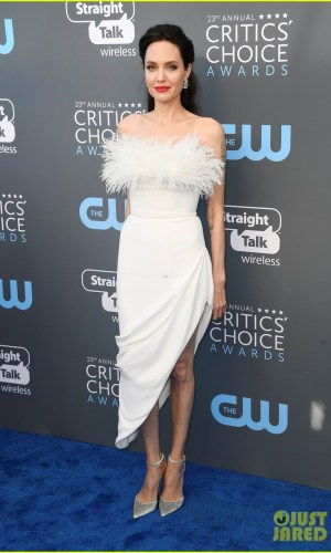 critics' choice awards 2018, moda, estilo, looks, vestidos longos, celebridades, fashion, style, inspiration, gowns, celebrities, angelina jolie