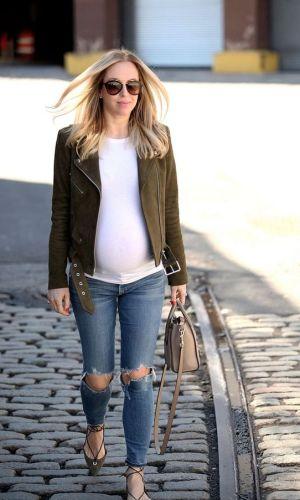 gravidez, look com jaqueta de couro e calça jeans