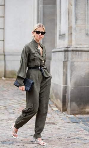 sandália amarrada por cima da calça, lace-up heels around the pants