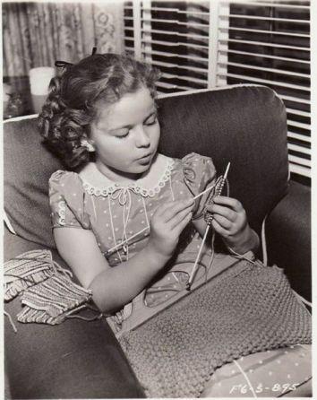 Shirley Temple invatase sa tricoteze inca de foarte tanara