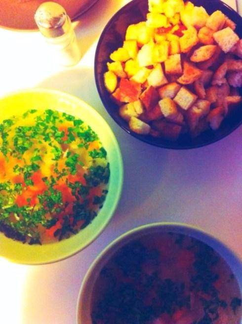 Supa de pui cu morcovi si paste alfabet, plus crutoane cu ulei de masline