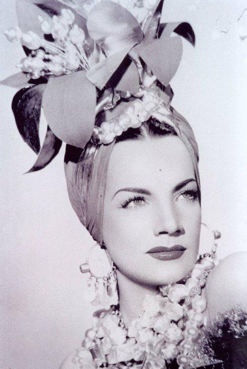 Carmen Miranda si unul dinre celebrele ei turbane cu flori si fructe