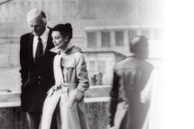 Fragila Audrey Hepburn si trenciul
