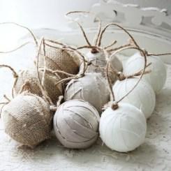 Sau puteti crea globuri pline de stil, din panza de sac si tifon sau panza alba dintr-un cearsaf vechi