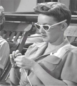 Bette Davis tricota si croseta, ba chiar raspandea microbul si celor de pe platoul de filmare