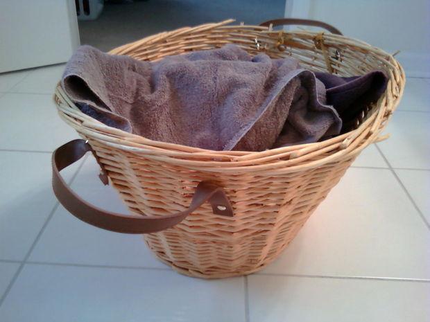 Cos de rachita cu barete din curele vechi