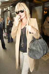 Kate Moss si clasicul palton camel