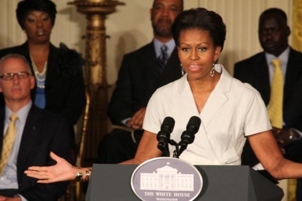 Michelle Obama si vestimentatia feminina si suficient de formala cat sa atraga atentia, apoi sa devina doar fundal pentru mesaj