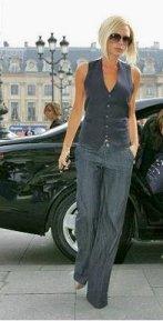 Vesta pe Victoria Beckham, ce efect de modelare a siluetei are aceasta diferenta de volume dintre veste pe corp si pantalonul larg