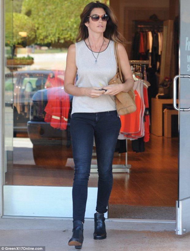Cindy Crawford la cumparaturi – maieu alb + jeans!