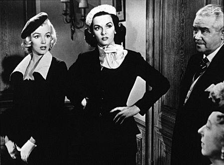 Lorelei (Marilyn Monroe) si Dorothy (Jane Russel) si doua tipuri diferite de a purta bereta in Gentlemen Prefer Blondes.