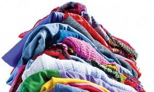 Sorteaza-ti hainele periodic pentru a le dona, repara sau transforma pe cele nefolosite de ani