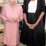 Alaturi de o alta purtatoare de cardigan - regina Elisabeta a Angliei