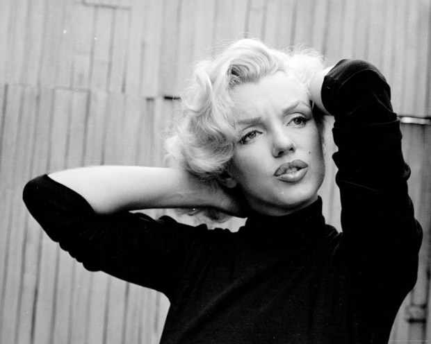 Marilyn Monroe si cat de bine le vin blondelor voluptoase, puloverele pe gat negre, negre de tot