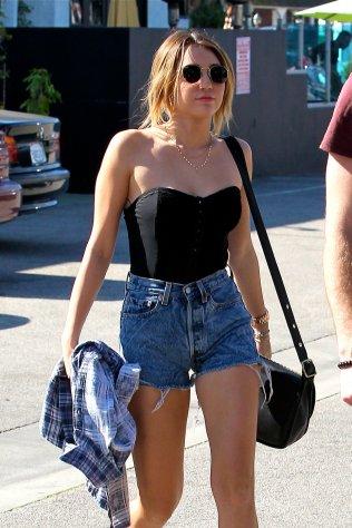 Miley Cyrus - un corset lejer, de vara