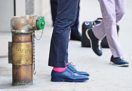 Sosetele fucsia si pantofii barbatilor curajosi intr-ale modei