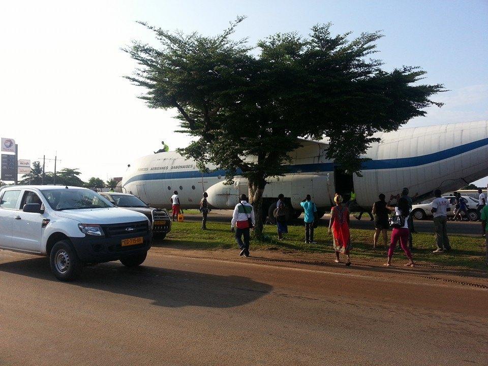Voitures et avion sur la voie expresse @ Linel Kwatsi