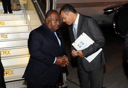 Ali Bongo et son Secrétaire général Massard K. Makanga à 'aéroport de Paris @ DCP
