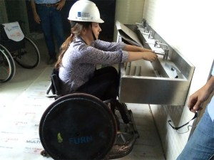 Teste de obra utilizando cadeira de rodas.