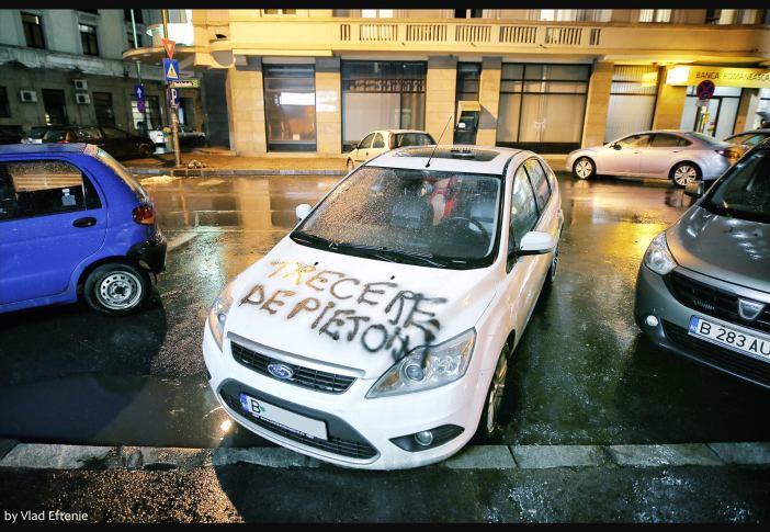 Poza masina Ford parcata pe trecere de pietoni