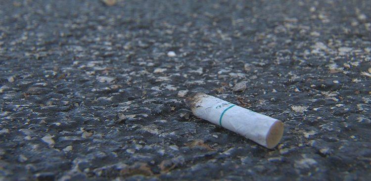 Chistoc tigara aruncat pe strada