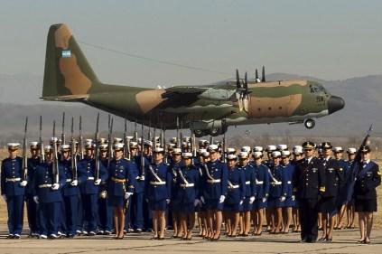 Una clásica postal del Día de la Fuerza Aérea Argentina que muestra cadetes, suboficiales y oficiales del Liceo Aeronáutico Militar formados en la plataforma de vuelo de la Escuela de Aviación Militar mientras el C-130H Hercules TC-61 despega para participar del desfile aéreo del centenario institucional realizado en agosto de 2012 (foto: José Luis Ghezzi).