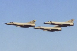 Tres cazas Mirage IIIEA de la VI Brigada Aérea realizaron pasajes en vuelo en el Festival Aéreo de la Guarnición Aérea Córdoba que se realizó en octubre de 1996 (foto: Carlos Ay).