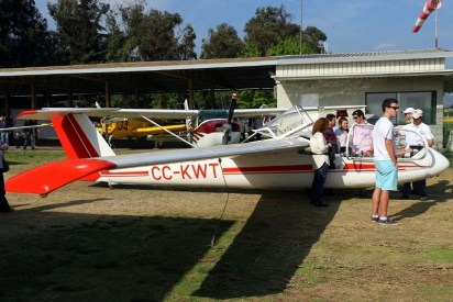 Promoción Super Blanik: Matías Milani, socio del CPV, informa al público curioso por el vuelo a vela (foto: Carlos Ay).