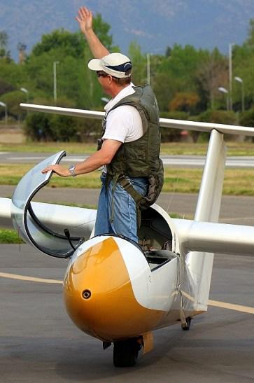 Telón final: Carlos Rocca saluda al público al término de su demostración acrobática con el Pilatus B4 CC-K14W del CPV (foto: Carlos Ay).