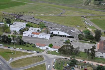 Vista aérea de las instalaciones de la Escuela Militar de Aeronáutica donde puede apreciarse el material aéreo expuesto en la plataforma. (Foto: E. Brea)