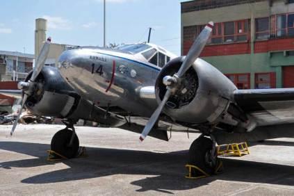 El C-45 Expeditor expuesto en el patio exterior. (Foto: Esteban Brea)