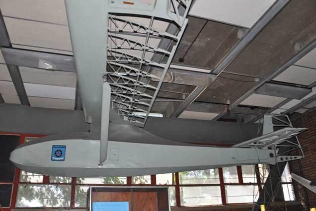 Grunau Baby suspendido del techo de la sala histórica de la institución. (Foto: Esteban Brea)
