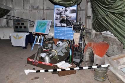 Muestra sobre el conflicto de Malvinas montada dentro de uno de los hangares de la institución. (Foto: Esteban Brea)