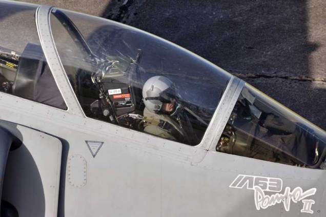 Primer plano de uno de los pilotos del Grupo 6 de Caza en su nueva montura. (Foto: Mauricio Chiofalo)