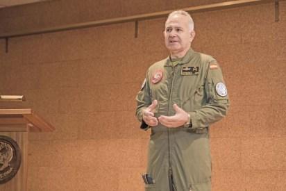 General de División José Alfonso Otero Goyanes Jefe Movilidad Aérea del MACOM durante el briefing para la prensa (foto: José Luis Franco Laguna).