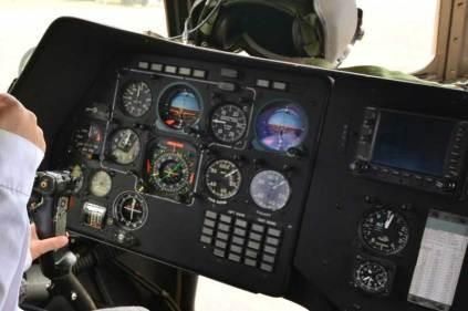 Puesto del copiloto donde se pueden apreciar los distintos instrumentos de vuelo analógicos. Parcialmente en la parte central se observan los equipos de navegación y comunicaciones. (Foto: FAA)