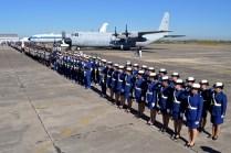 Cadetes del Liceo Aeronáutico Militar, tras ellos el L-100-30 TC-100 dispuesto estáticamente. (Foto: Andrés Rangugni)