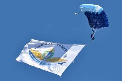 Descenso con una bandera de la institución. (Foto: Esteban Brea)