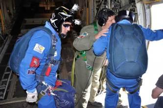 """Los miembros del equipo de paracaidismo """"Águilas Azules"""" reciben instrucciones del auxiliar de carga. (Foto: Mauricio Chiofalo)"""