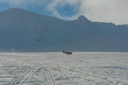 Secuencia de despegue desde el glaciar en las inmediaciones de la Base Orcadas. (Foto: ARA)