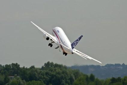Despegue de altas prestaciones del Sukhoi Superjet 100 (foto: Rostec)