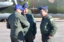 El JEMGFAA, el Comandante de Adiestramiento y Alistamiento y el Jefe del GAE conversan tras el vuelo en Tecnam del primero. (Foto: Mauricio Chiofalo)