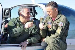 """Teniente General """"VGM"""" Bari del Valle Sosa brinda tras efectuar su vuelo en un Grob 120-TP. (Foto: Mauricio Chiofalo)"""