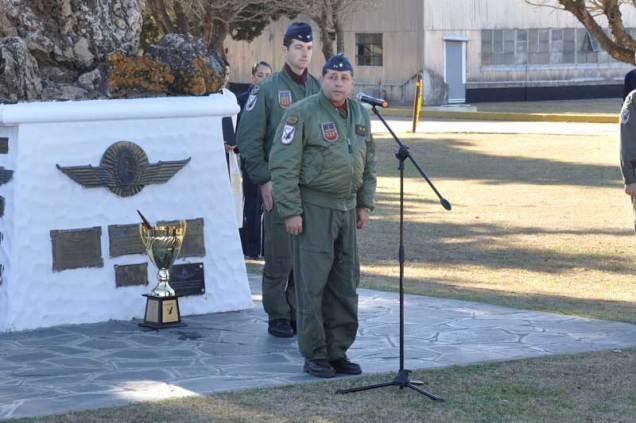 El Director de la EAM, Brigadier D. Jose María Actis saludando a los efectivos formados. (Foto: Mauricio Chiofalo)