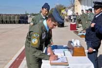 Tras recibir los pañuelos, escudos y diplomas, los pilotos cursantes procedieron a firmar el libro de vuelo solo. (Foto: Esteban Brea)